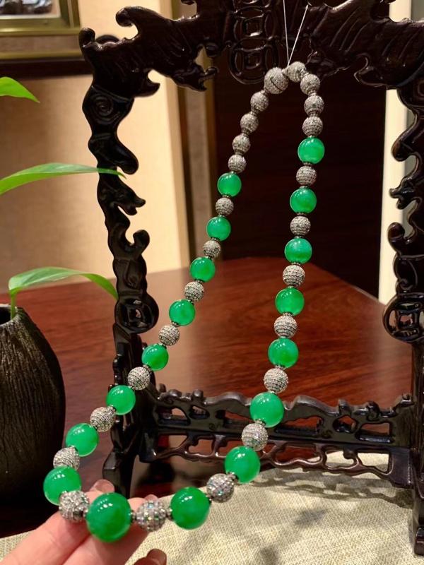 【典藏翡翠】G18K翠色翡翠圆珠项链,翡翠圆珠种色俱佳,镶嵌工艺精湛,品质上乘。翡翠圆珠17颗 G1
