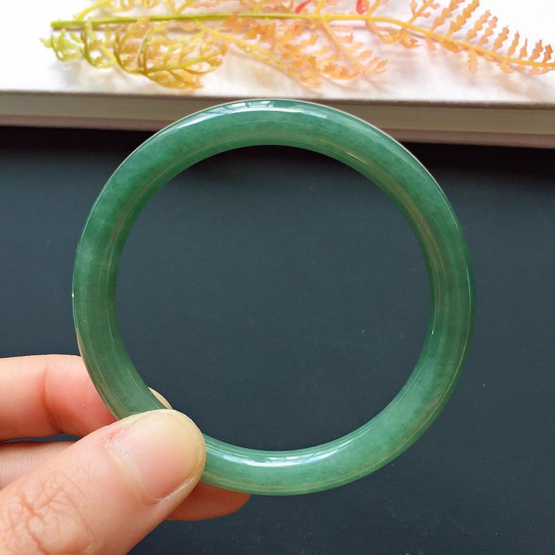 圆条52.3mm,糯种油绿手镯,底子细腻,韵味满满