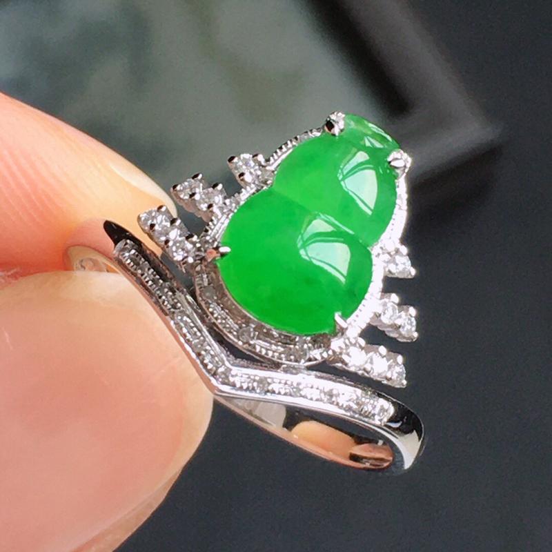精品翡翠镶18K金伴钻戒指,玉质莹润,佩戴效果更美,商品尺寸:内径:16.9MM,玉:9.7*6.6
