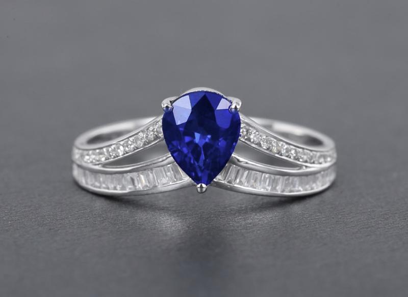 18k金镶皇家蓝蓝宝石戒指  宝石参数:1.15ct  配石:钻石59颗,总重1.87克,圈口:13