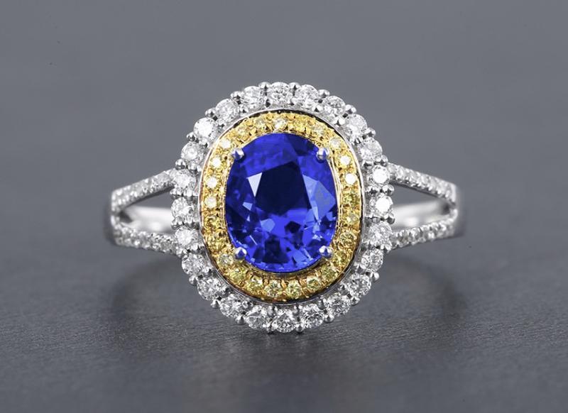 18k金镶矢车菊蓝宝石戒指  宝石参数:1.35ct  配石:钻石77颗,总重2.55克,圈口:14