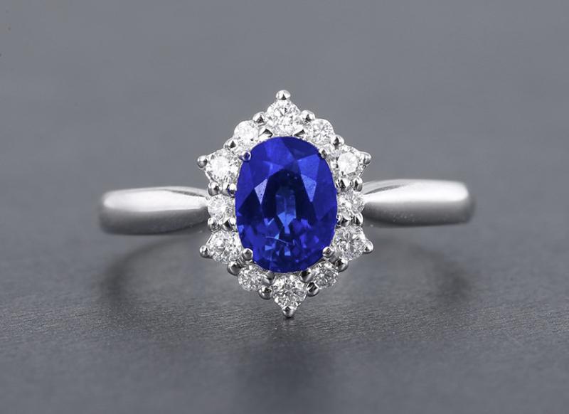18k金镶皇家蓝蓝宝石戒指  宝石参数:1.35ct  配石:钻石12颗,总重2.18克,圈口:14