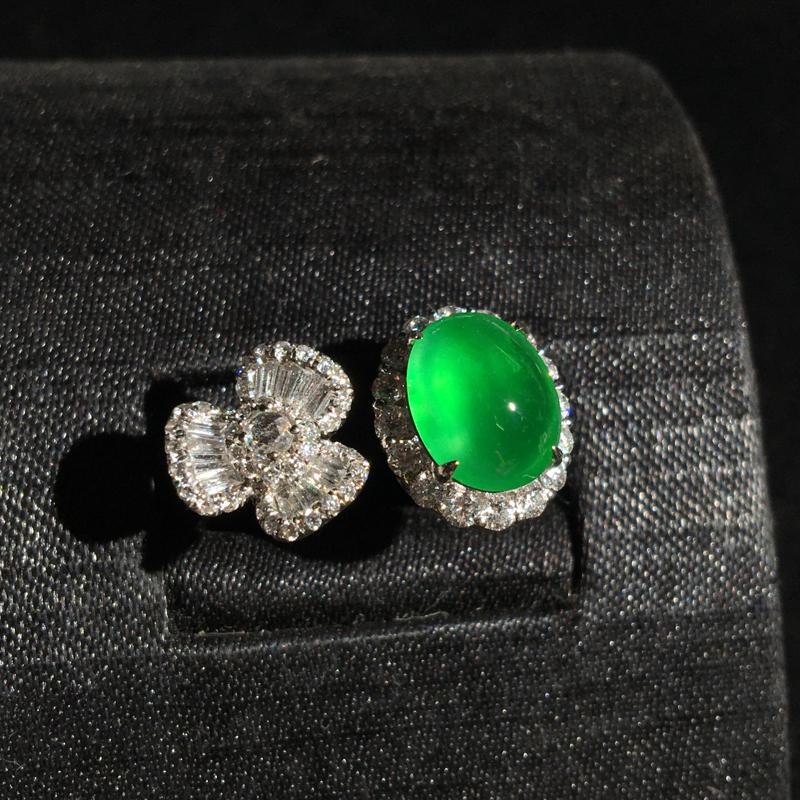 18k金伴钻镶嵌高冰阳绿蛋面戒指,种好通透,种老水足,细腻冰透起胶,翠色欲滴,起光起胶,佩戴优雅精致