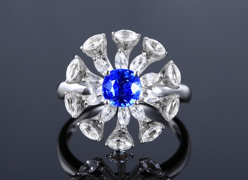 18k金镶蓝宝石戒指  宝石参数:1.1ct  配石:白蓝宝20颗,总重5.64克,圈口:14号(可