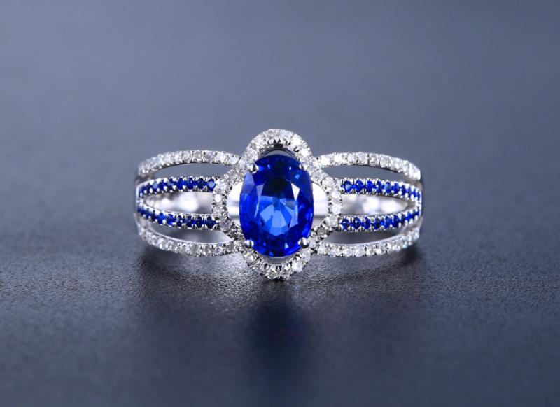 18k金镶皇家蓝蓝宝石戒指  宝石参数:1.287ct  配石:钻石72颗,总重2.33克,圈口:1