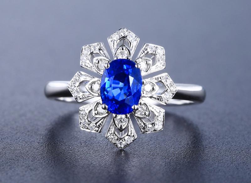 18k金镶皇家蓝蓝宝石戒指  宝石参数:1.09ct  配石:钻石32颗,总重2.54克,圈口:14