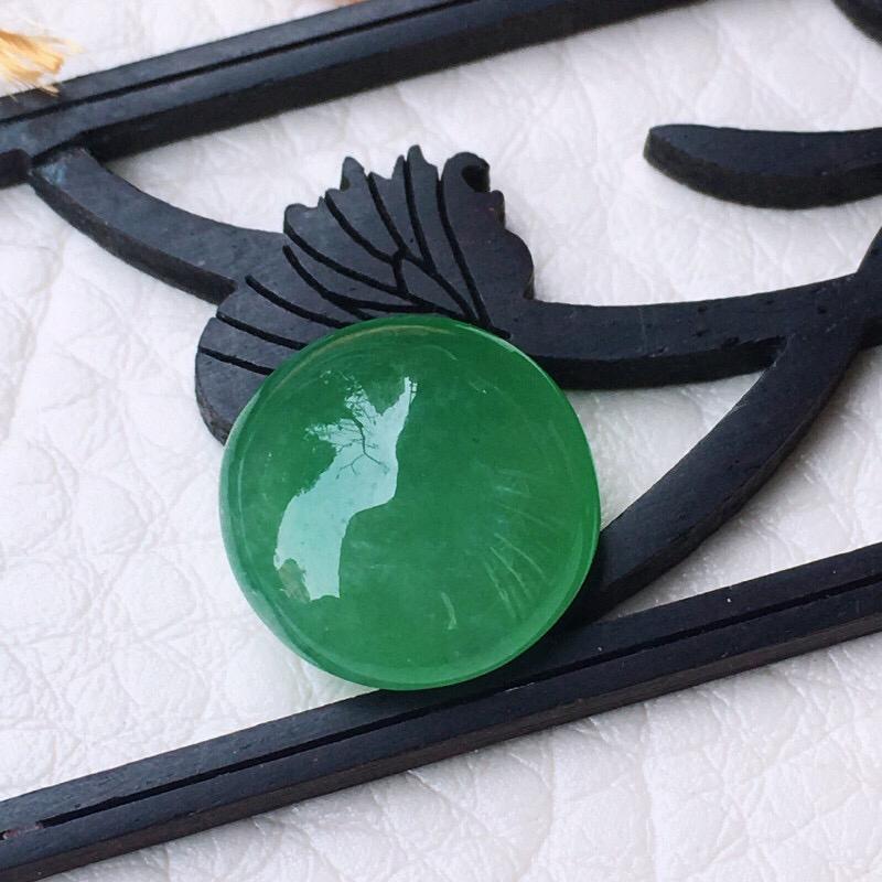 翡翠满绿水润裸石,镶嵌戒面,色泽鲜艳,种水好,可镶嵌戒指,饱满圆润尺寸:12.6*6.1mm