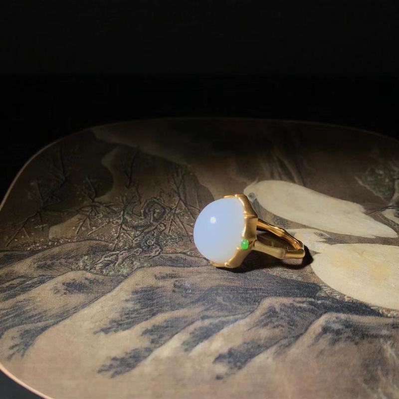 新疆和田玉新品,竹节蛋面戒指,漂亮[色]18k金镶嵌,配石:翡翠,款式简约传统,有质感,玉质白细油润
