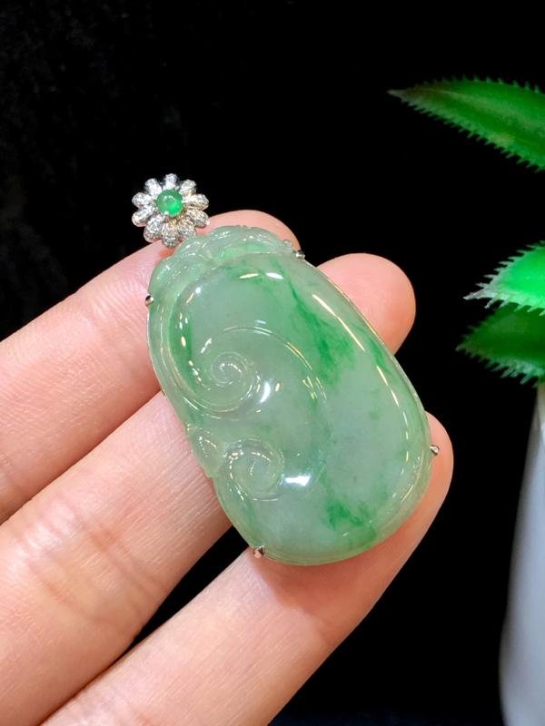 翡翠a货,飘绿如意吊坠,18k金伴钻,翡翠顶珠,佩戴精美#*