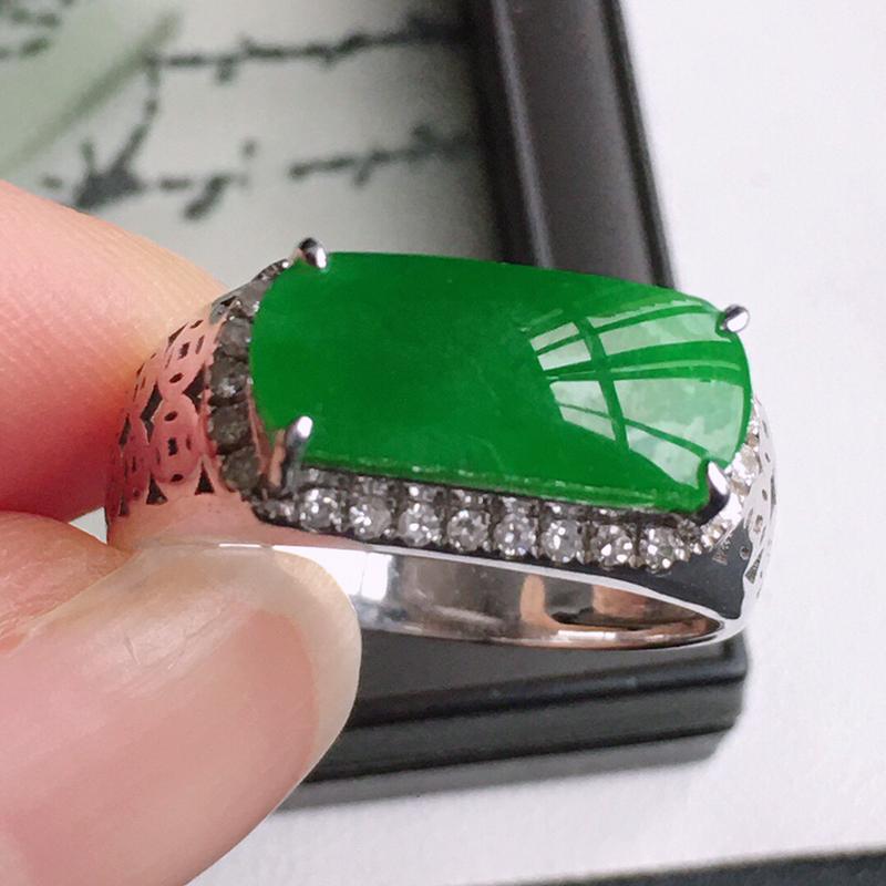 精品翡翠镶18K金伴钻戒指,玉质莹润,佩戴效果更美,商品尺寸:内径:18.4MM,玉:13.6*5.