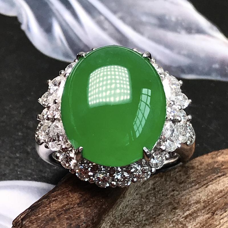 珍藏品满绿大戒指。尺寸上乘,裸石尺寸15.8*13.3*4.5毫米,这么大的好绿蛋,在市场上是凤