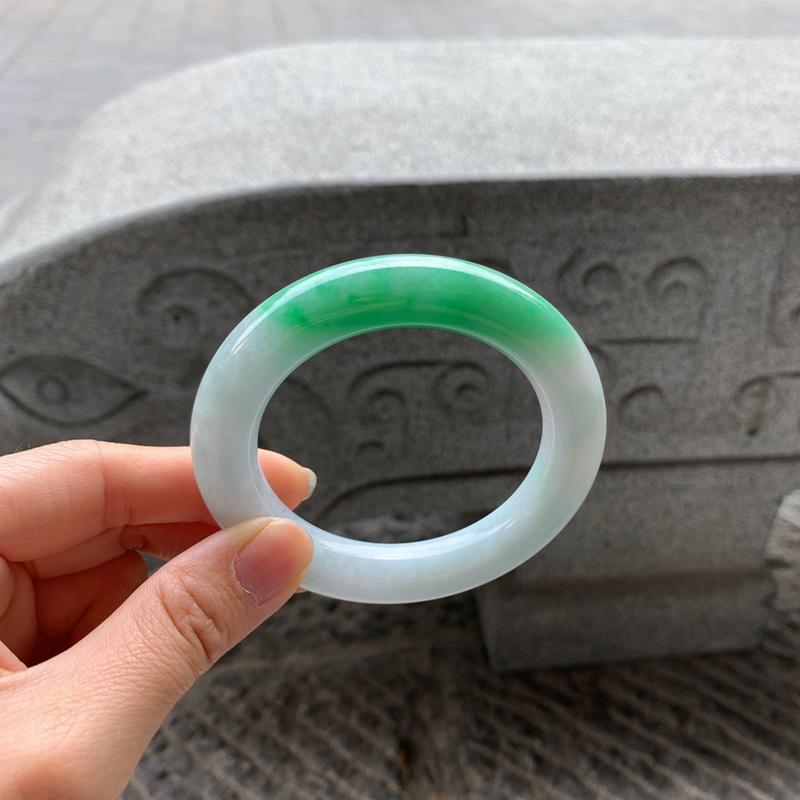 🌹56-57圈口 飘绿圆条手镯,尺寸:56.6-12.2-12.2,细腻光滑,洁净无暇,色泽清新亮丽