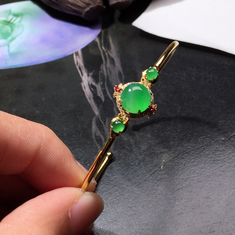严选推荐老坑冰种翠绿色翡翠蛋面手镯,18k金钻镶嵌而成,种水上乘,冰胶感十足,晶体结构致密,起