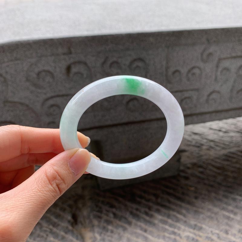 🌹56-57圈口 飘绿圆条手镯,尺寸:56.6-10-10,质地细腻,干净釉洁,色泽清新亮丽,