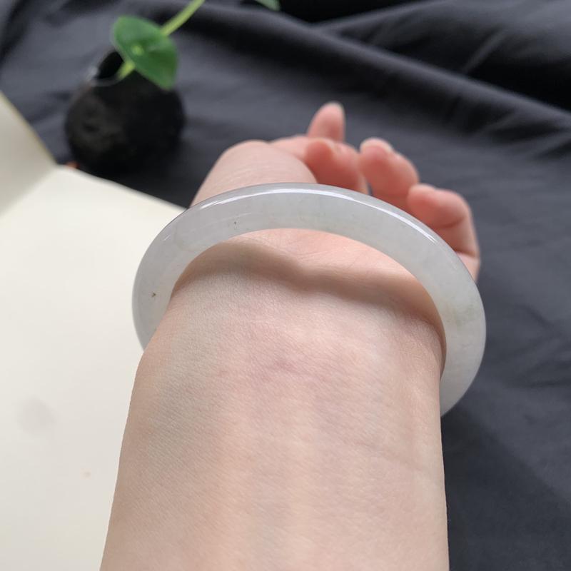 53圈口 糯化种白冰底圆条手镯 底子冰润微透手有少许飘花色点 小细纹不扣手 上手自然