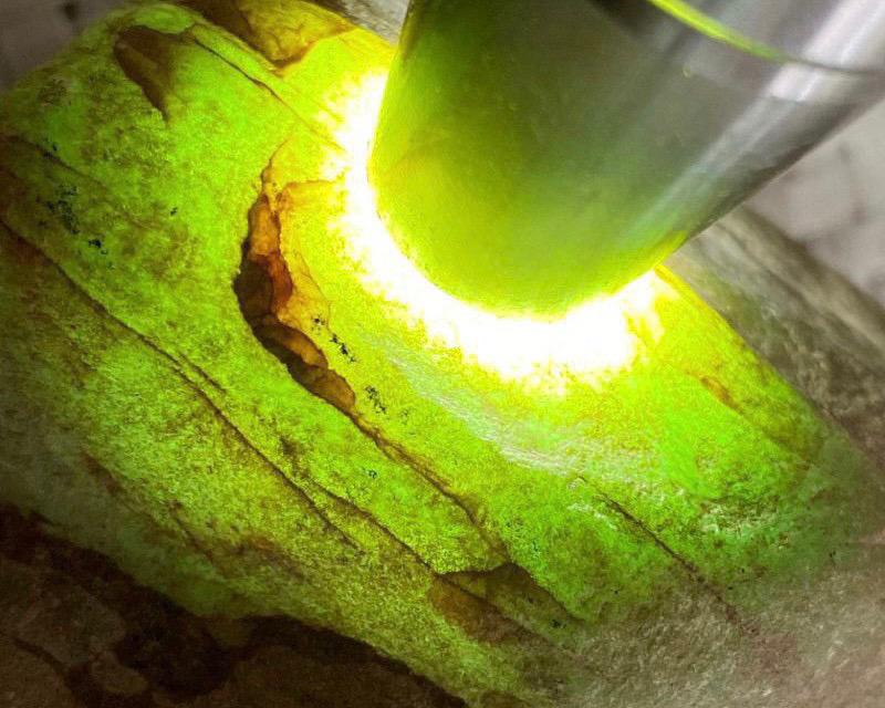 🤝#矿区新货来袭# 木那全赌飘花料,打灯多处有绿色表现,种老水头十足,皮壳细腻光滑,品相好,可以赌