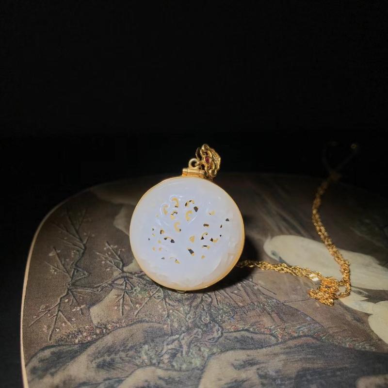 新疆和田玉新品香盒吊坠,18k金镶嵌,磨砂工艺,有质感。配石:红宝石,翡翠。正面雕刻水草纹,镶嵌仿古