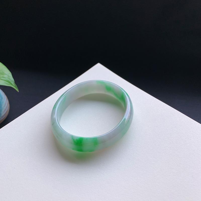 55圈口,飘阳绿贵妃手镯,色彩艳丽迷人,无纹裂。贵妃尺寸:54.9-48-13.8-6.5mm  0