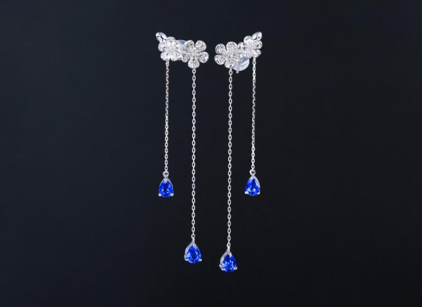 18k金镶蓝宝石耳钉 宝石参数:1.48ct  配石:钻石30颗,总重3.20克
