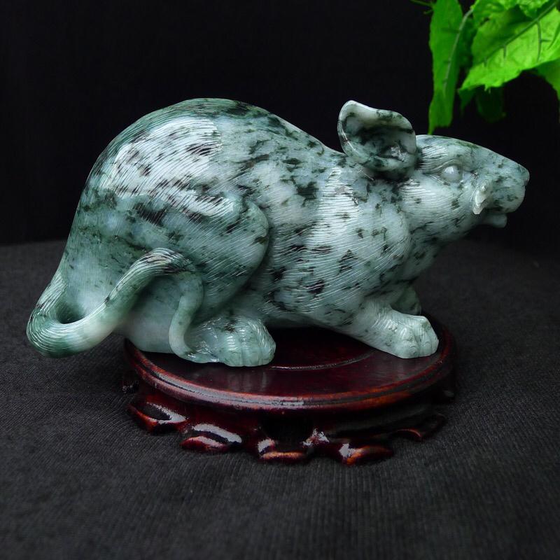 翡翠老坑水润飘花精雕老鼠小摆件,老鼠年吉祥。大吉大利,尺寸195*95*70mm 玉石重1.60公
