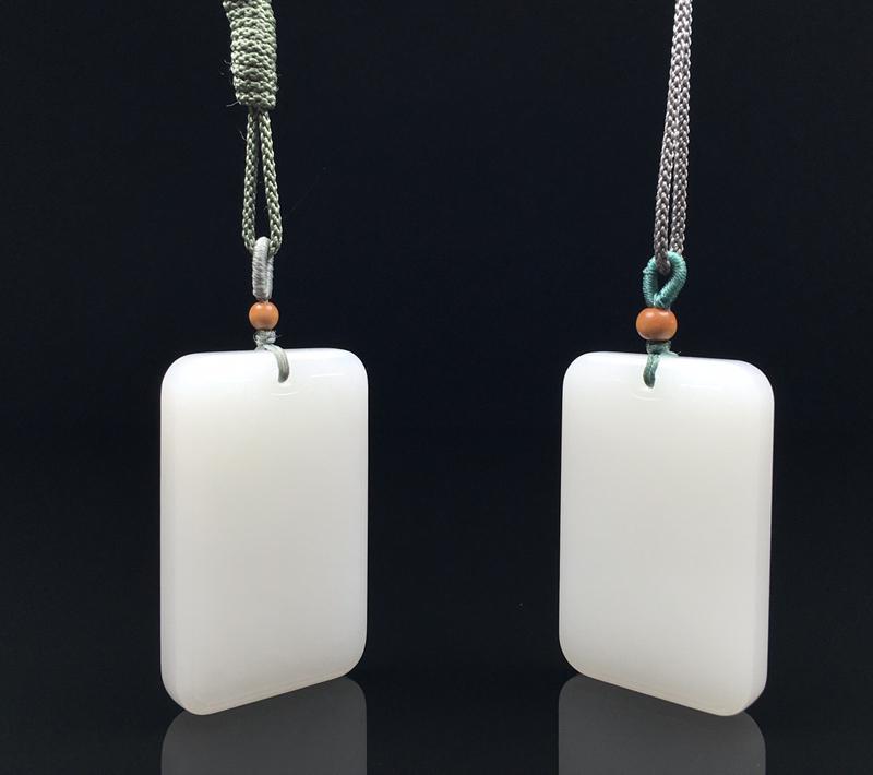 名称:【平安牌】简介:和田玉山料白玉【套装】挂件,顶珠为装饰品。玉质温润细腻,白度一级。设计简