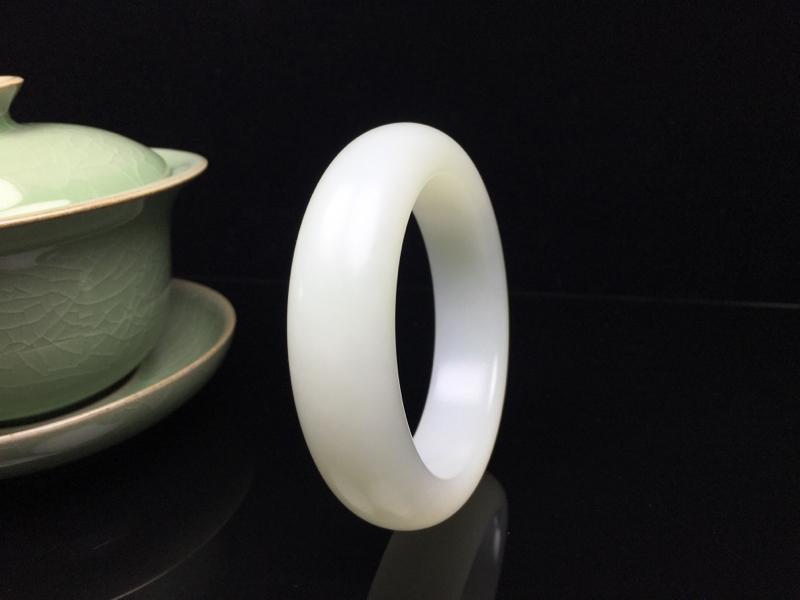 新疆和田玉山料羊脂白玉哑光平安镯。内径:57.7mm稀有油膏级山料,玉质温润细腻,油润如羊脂 ,
