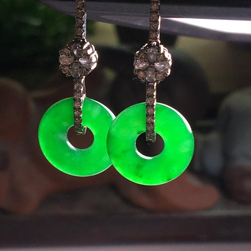 18k金伴钻镶嵌冰辣绿满色平安扣耳坠,种色浓郁,种老色辣,翠色浓匀,种色俱佳,佩戴奢华大气,高贵大方