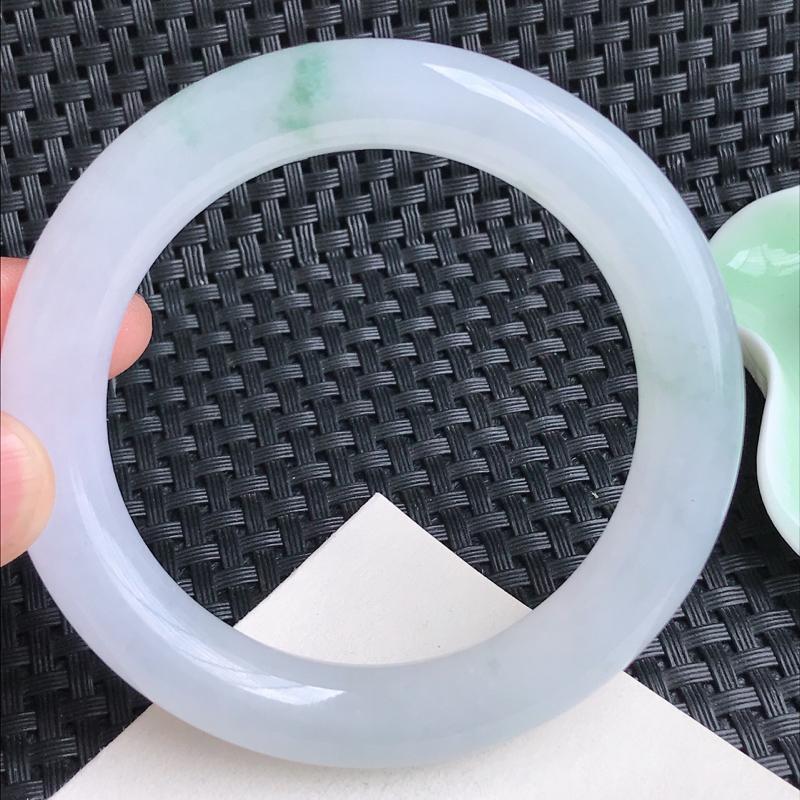 飘绿圆条、圈口:57.6mm 天然翡翠A货冰润飘绿花圆条手镯、编号3.30-Rj-bi