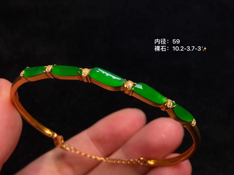 正阳绿竹节手镯 优雅中国风 虽简而雅的款式 裸石颗颗高冰起光 凝翠欲滴