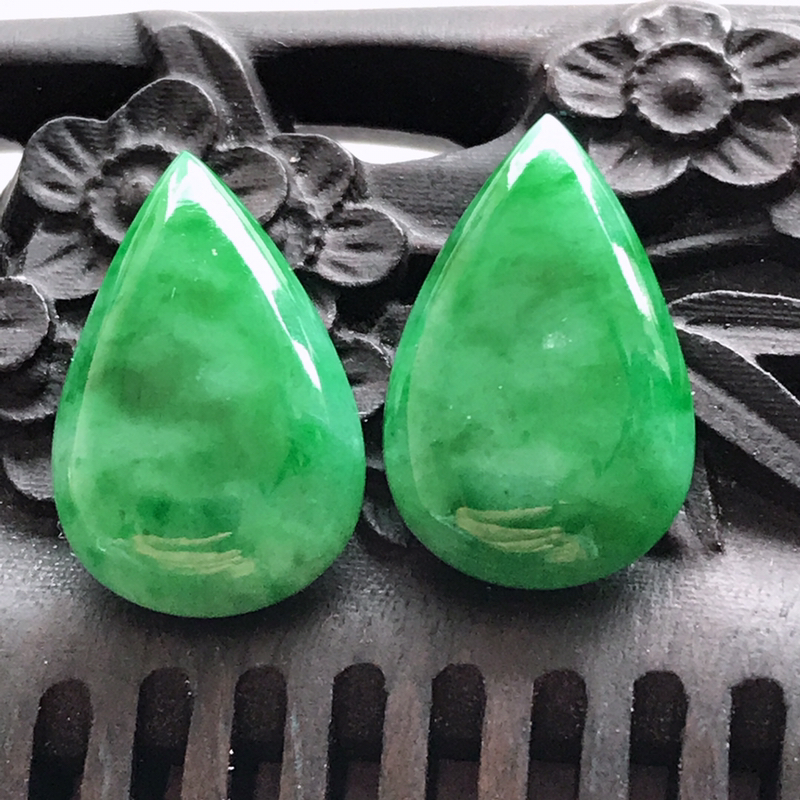 翡翠A货阳绿水滴蛋面一对底子细腻颜色好尺寸15.5/9.8/3.9mm