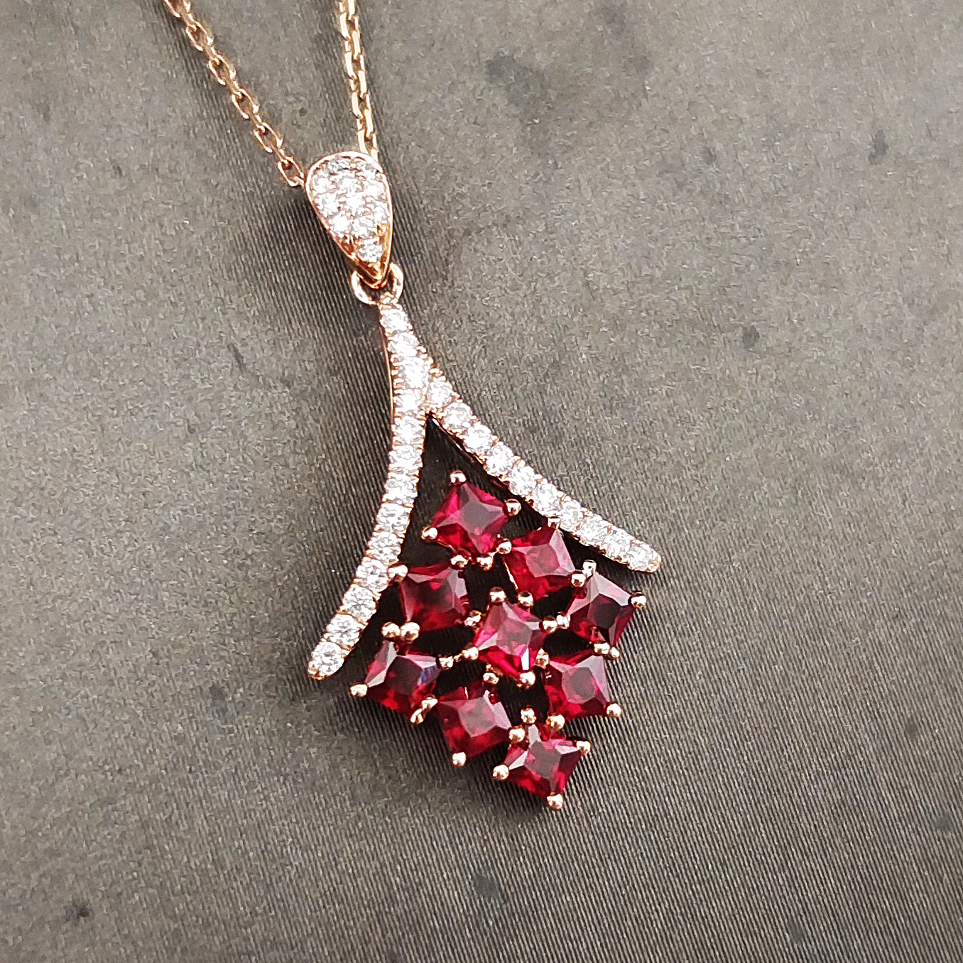 【吊坠】18K金+红宝石+钻石 宝石颜色纯正 主石:0.82ct/9P 货重:1.30g 活动期间签