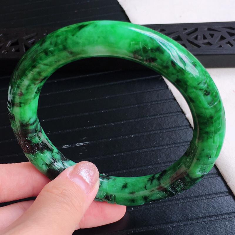 圈囗59.5mm,天然缅甸老坑翡翠A货飘绿浮雕圆条手镯,料子细腻柔洁,尺寸59.5/11.5mm,