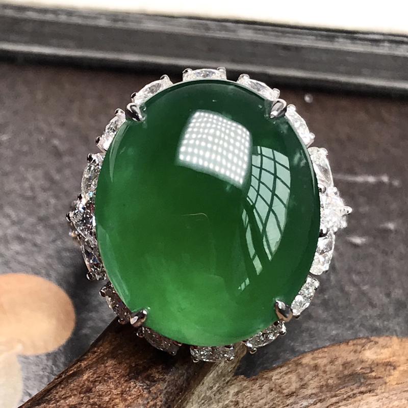 行家货冰种满绿巨无霸大戒指。种水上乘,冰感动人,通透闪亮。颜色浓郁,翠色动人,18K金钻豪华镶嵌