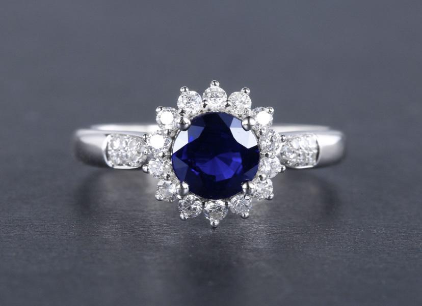 18k金镶皇家蓝蓝宝石戒指 宝石参数:1.20ct  配石:钻石28颗,总重2.75克,圈口:13号