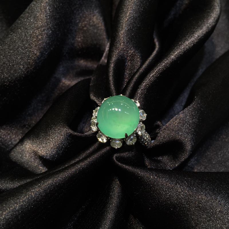 翡翠戒指 果阳绿 很厚装 豪华大钻镶嵌 裸石尺寸:12.5*11.8*7.1