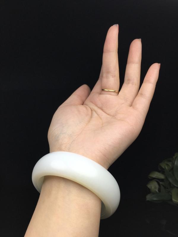 【奶油肌😂】新疆和田玉山料羊脂白玉哑光平安镯。内径:56.5mm如奶油般香醇白皙,稀有油膏级山料