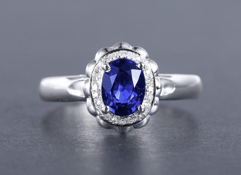 18k金镶蓝宝石戒指 宝石参数:1.15ct  配石:钻石24颗,总重2.0克,圈口:14.5号(可