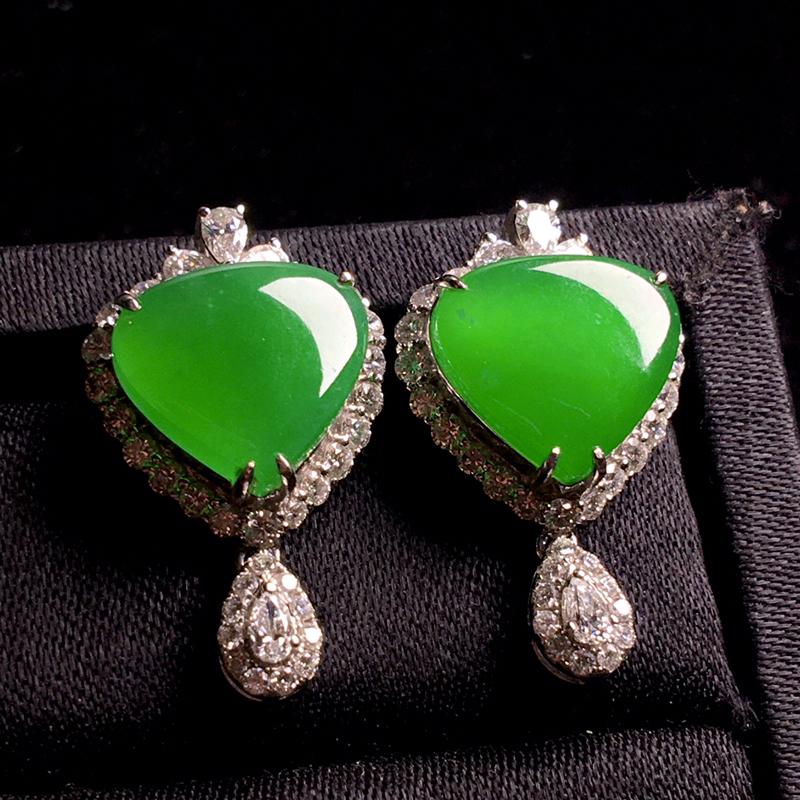 18k姐满钻镶嵌阳绿爱心耳钉,豪华镶嵌,种色浓阳,种老色浓,翠色浓艳,细腻种好,佩戴高贵大气,优雅大