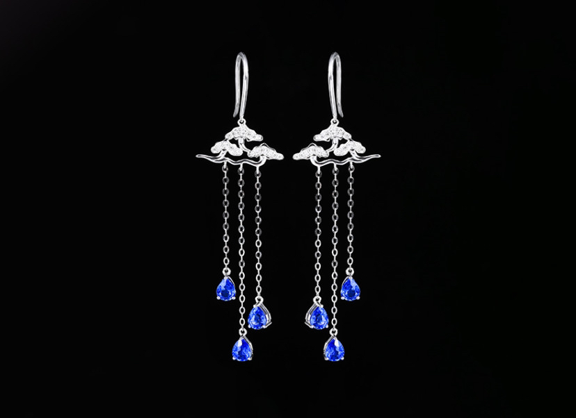 18k金镶蓝宝石耳钉 宝石参数:2.10ct  配石:钻石44颗,总重2.98克