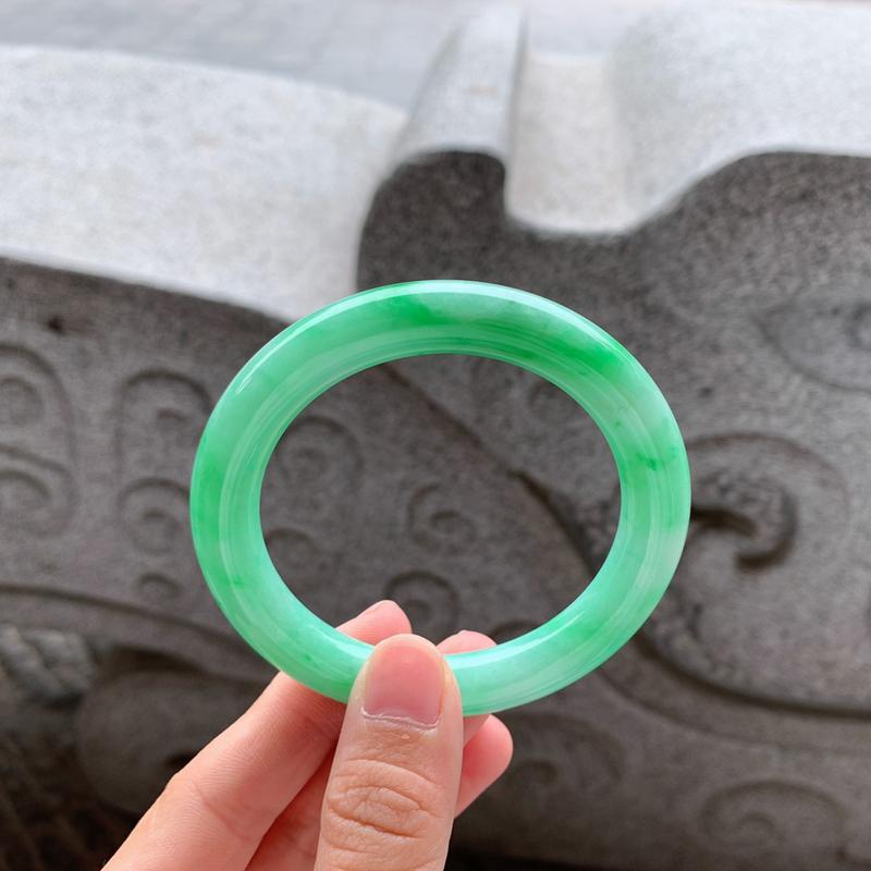 🍃55-56圈口 满绿圆条手镯 尺寸:55.2/9.9。鲜艳诱人的颜色、绿油油的、很吸睛。