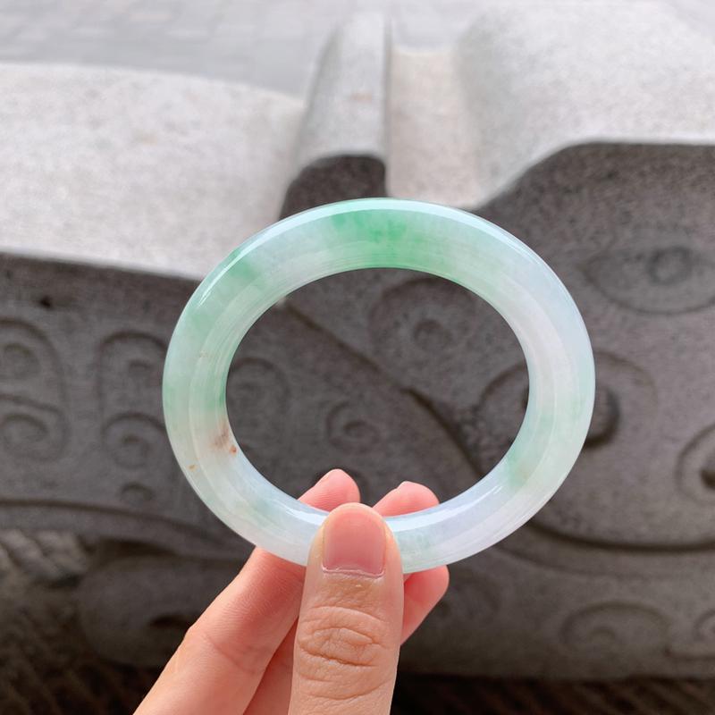 🍃56-57圈口 飘绿圆条手镯 尺寸:56.6/10.6。打灯微细纹、瑕不掩玉。温润细腻的质地、清爽