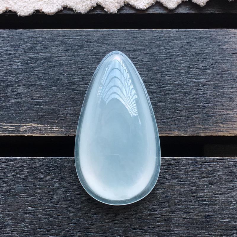 冰种水滴,自然光实拍,缅甸a货翡翠,种好通透,水润玉质细腻,雕刻精细,饱满品相佳。