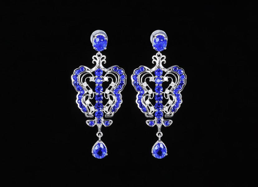 18k金镶蓝宝石耳钉 宝石参数:2.02+1.78ct  配石:钻石20颗,总重5.61克