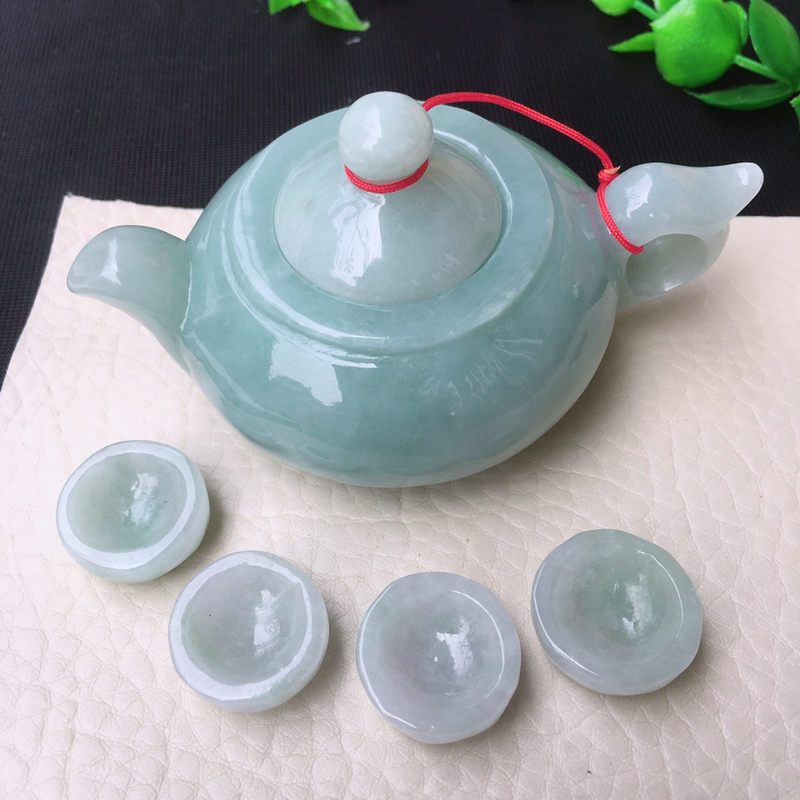 水润浅绿小茶壶摆件,玉质细腻水润起胶,色泽均匀,壶尺寸83*56*46mm,约小杯18*12mm .
