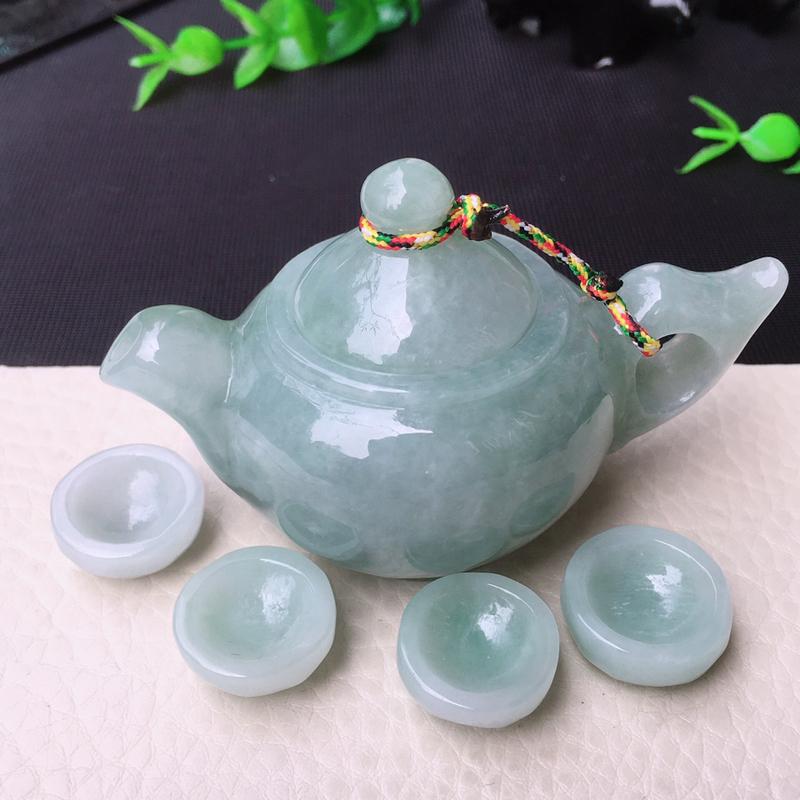 水润浅绿小茶壶摆件,玉质细腻水润,色泽均匀,壶尺寸78*46.5*48mm,约小杯18*8.2mm