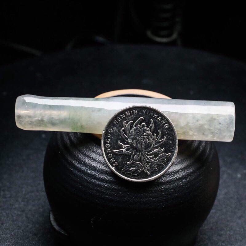 玉质水润烟嘴翡翠,简约大气,造型小巧,飘色,便于随身携带,有天然杂质,尺寸72.8*13.3*13.5mm