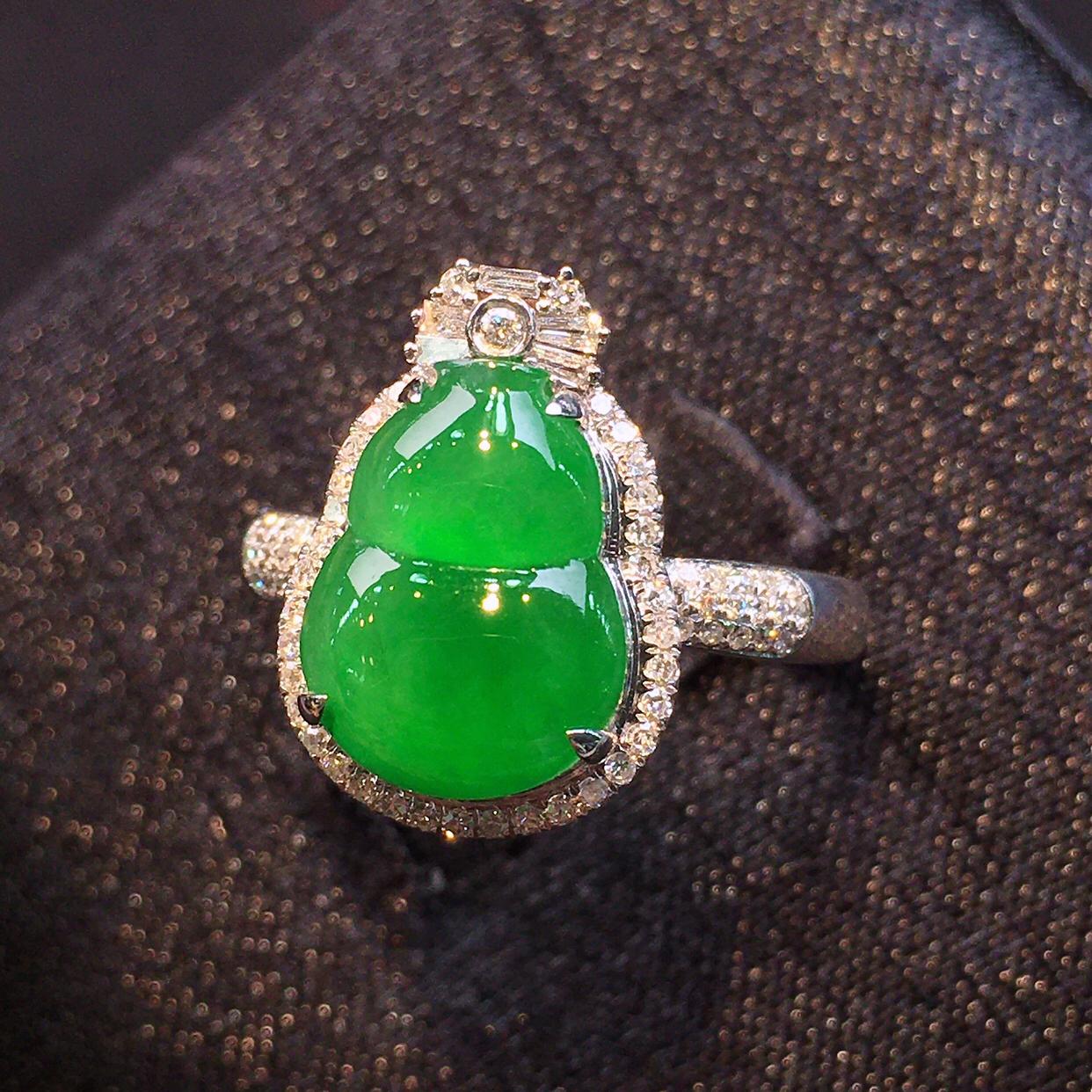 品质优选高冰种正阳绿色葫芦戒指,色标料子,颜色浓郁鲜艳,形态周正,18k金镶嵌钻石,裸石11.6-8.4-4mm,整体15.7-11.1-8.4mm,圈口13号, 确认后可改