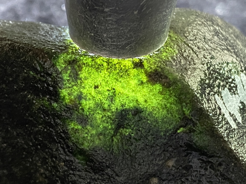 288克莫湾基全赌料,黑乌沙皮,压灯通透,冰感强,皮壳老。