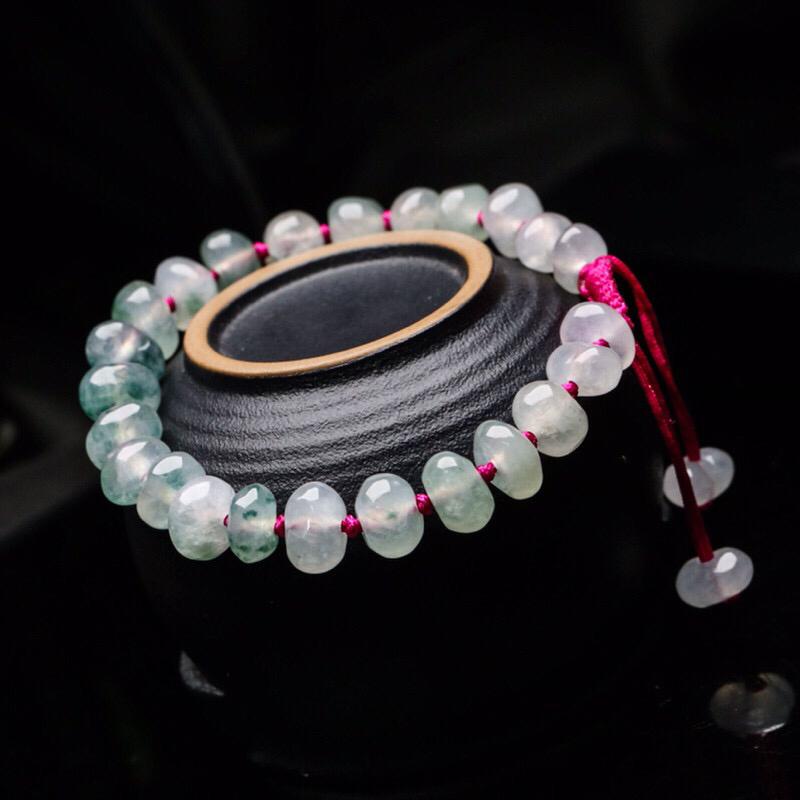 翡翠手串,共26颗珠子,取其中一颗珠尺寸大约8.9*5.8mm,亮丽秀气,玉质水润,上手佩戴效果优雅大方。