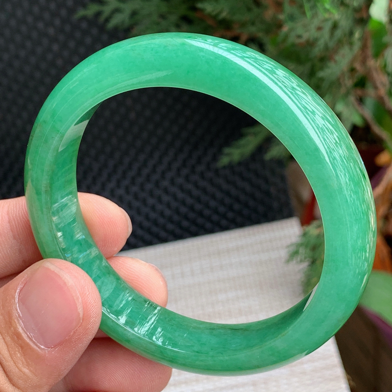 圈口:59mm,A货翡翠冰润满绿宽边手镯,编号0410zs